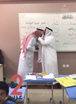 """بالفيديو.. مدير تعليم محايل عسير يقبل رأس """"معلم"""" لهذا السبب"""