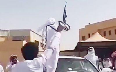 """طالب ثانوي یحضر حفل تخرجه بسلاح.. وتحقيق عاجل من """"التعليم"""""""
