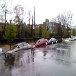 شاهد انهيار أرضي ضخم يبتلع الطريق مع السيارات